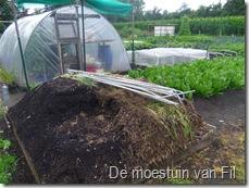 vooraan kompost van i o k andere helt van de hoop is paarde mest gestrooid met stro.